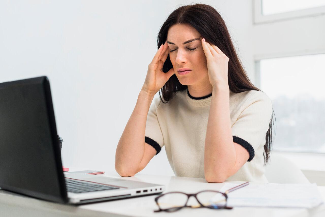 mulher estressada sem inteligência emocional