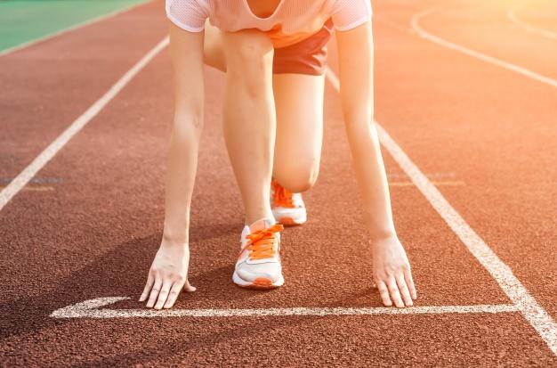 pessoa correndo maratona remetendo a alta performance