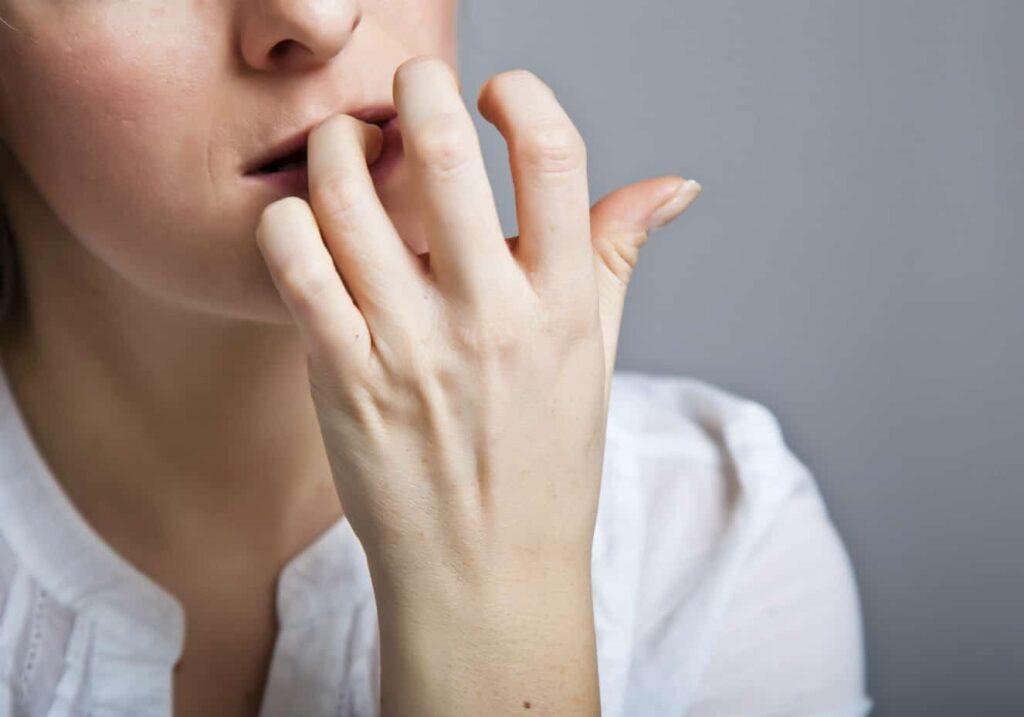 Mulher Ansiosa, roendo as unhas